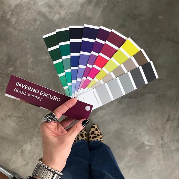 A análise de coloração pessoal ajuda a entender quais cores funcionam melhor no seu tom de pele (Foto: Instagram / Babi Rosa)