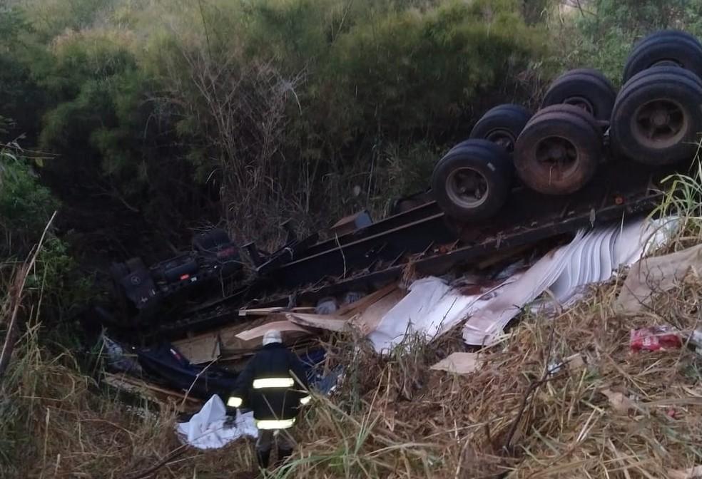 Motorista ficou preso às ferragens após caminhão cair em córrego em Itapura (SP) (Foto: Arquivo pessoal)