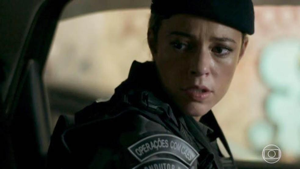 Jeiza (Paolla Oliveira) faz parto de Ritinha (Isis Valverde) e se surpreende com pedido — Foto: Globo
