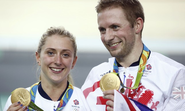 Laura e Jason Kenny exibem suas medalhas de ouro conquistadas no Rio-2016