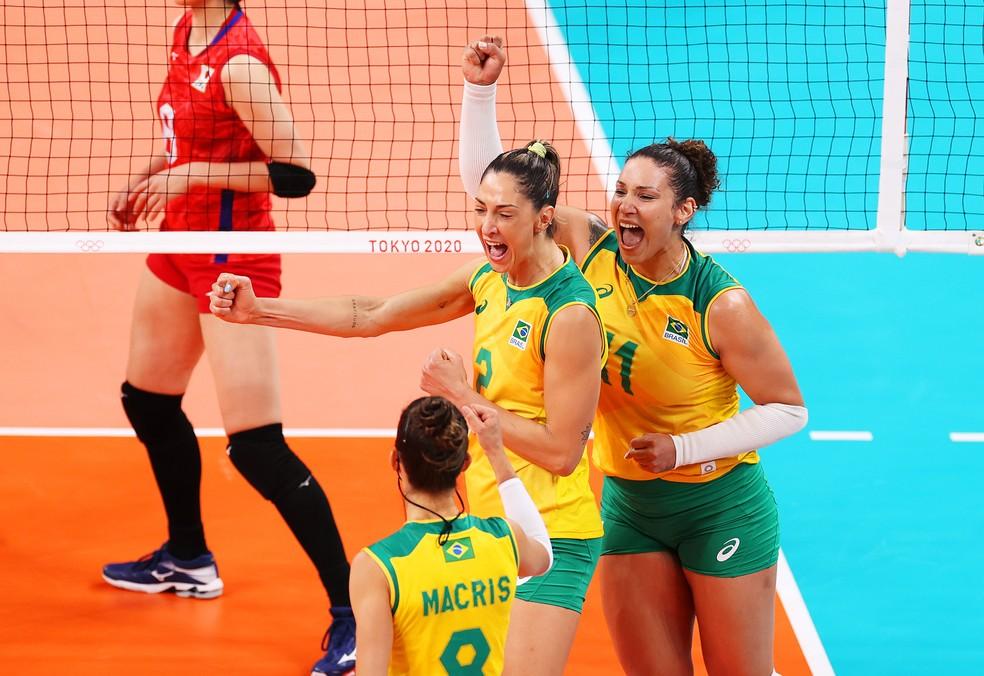 Carol Gattaz comemora ponto do Brasil contra o Japão — Foto:  Toru Hanai/Getty Images