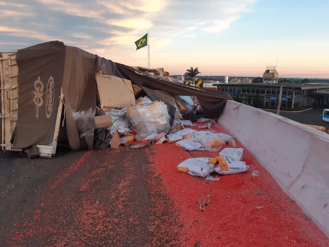 Motorista fica ferido após tombar carreta carregada com sementes no viaduto da BR-376
