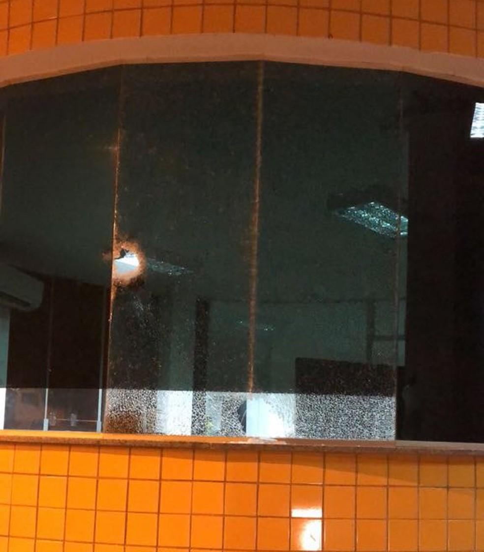 Tiros atingiram as janelas de vidro do posto operacional da PRF em Açailândia.  (Foto: Divulgação/Polícia Rodoviária Federal)