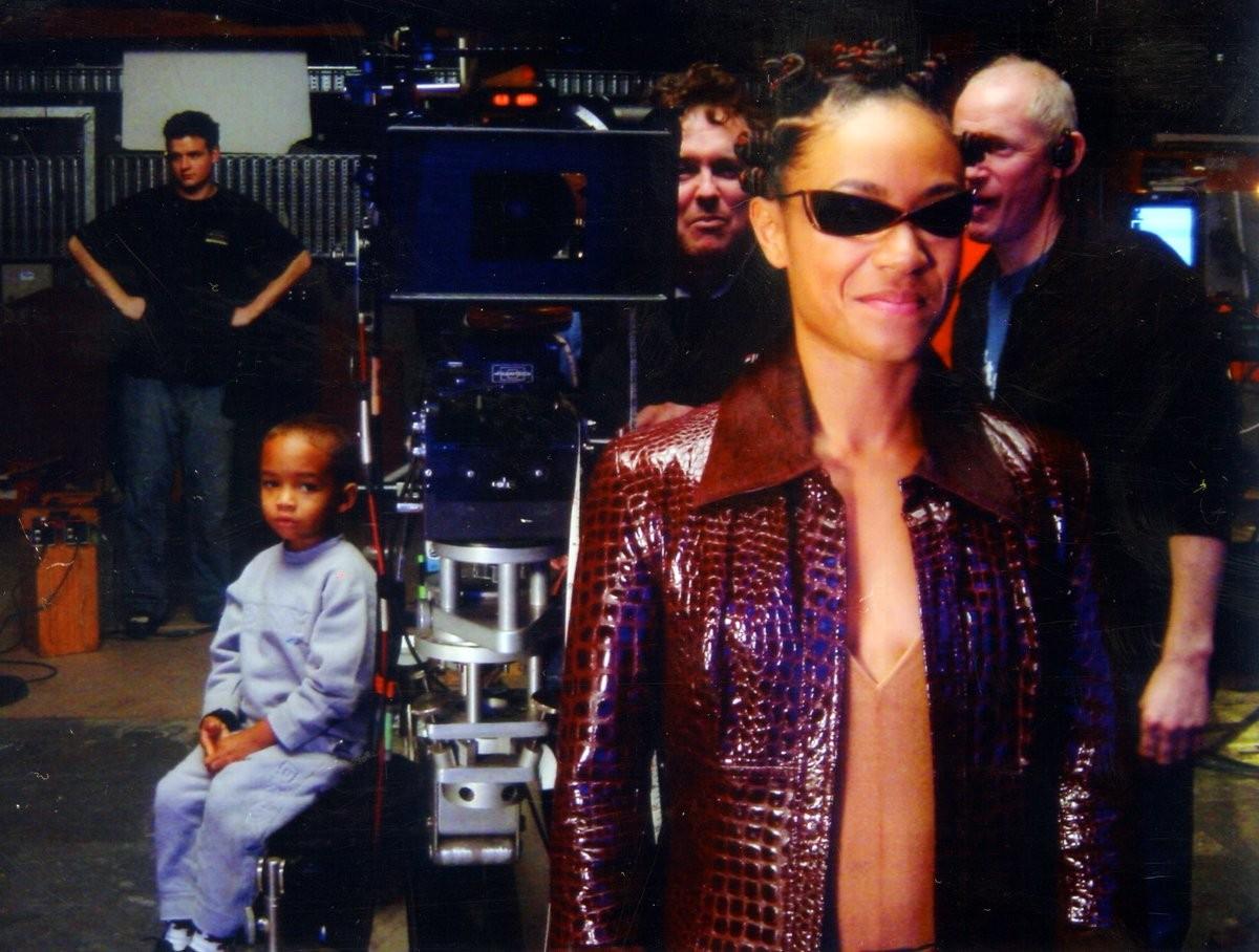 Jada Pinkett Smith nos sets de Matrix Reloaded e Revolutions (2003) na companhia do filho Jaden Smith (Foto: Twitter)