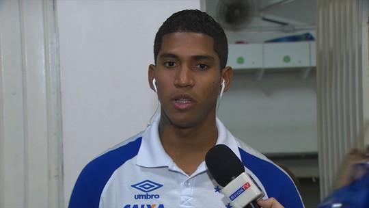 """Briga, só por vaga: Rafael Sobis interrompe entrevista de Raniel com """"carinho"""""""