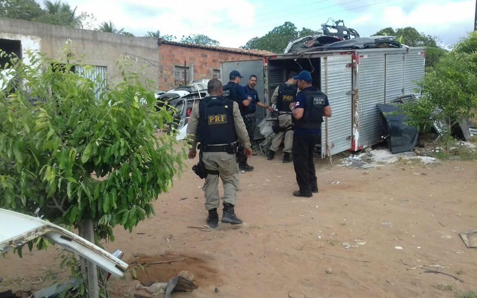 Um dos presos não tinha mandado de prisão, mas foi preso por adulteração de veículo e receptação (Foto: Divulgação/PRF)