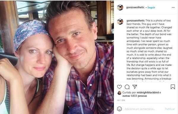 O post da artista plástica  Alexis Mixter anunciando o término de seu namoro de oito anos com o ator Jason Segel (Foto: Instagram)