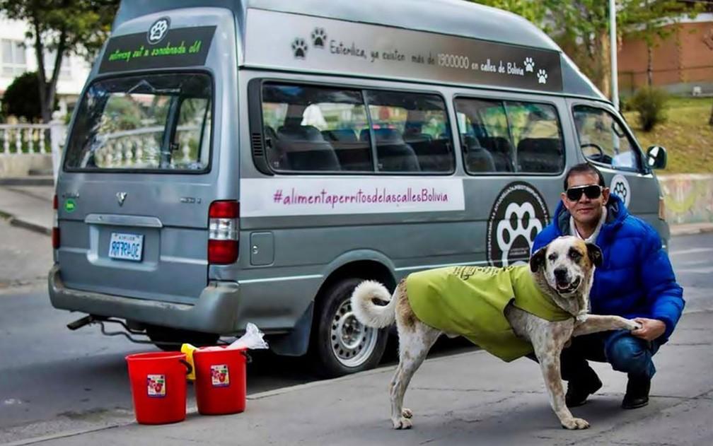 Fernando Kushner dedica várias horas por dia para alimentar cachorros que vivem nas ruas de La Paz — Foto: BBC
