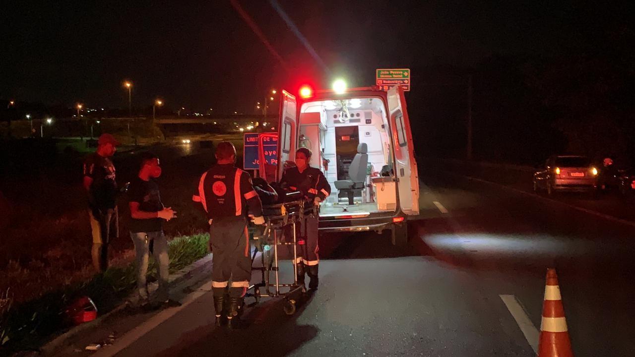 Dois motociclistas ficam feridos em acidente envolvendo cavalo, na BR-230, em João Pessoa