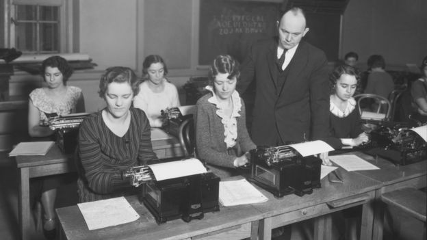 Fotografia de August Dvorak ensinando como digitar no seu teclado na Universidade de Washington, Seattle, em 1932 (Foto: MUSEUM OF HISTORY & INDUSTRY, SEATTLE, via BBC News Brasil)