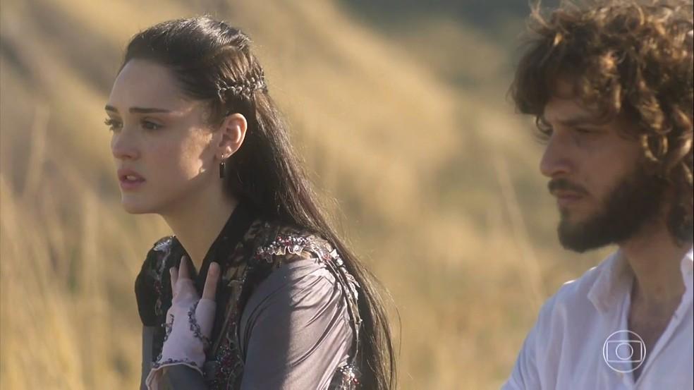 Anna (Isabelle Drummond) finalmente acredita nas palavras de Joaquim (Chay Suede), em 'Novo Mundo' — Foto: TV Globo