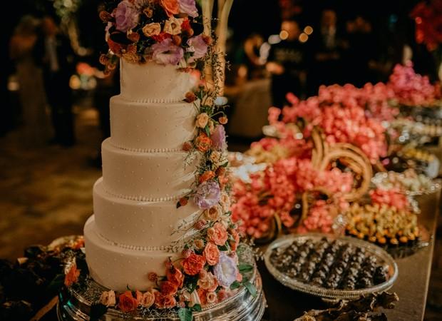 Mesa de bolo e doces no casamento de Karina Dohme e Lucas Lopes Camargo (Foto: Marcos Misturini)