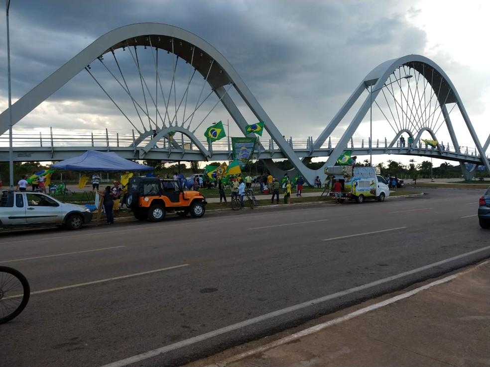 Grupo estende bandeira em passarela durante manifesto em Porto Velho — Foto: André Oliveira/Rede Amazônica