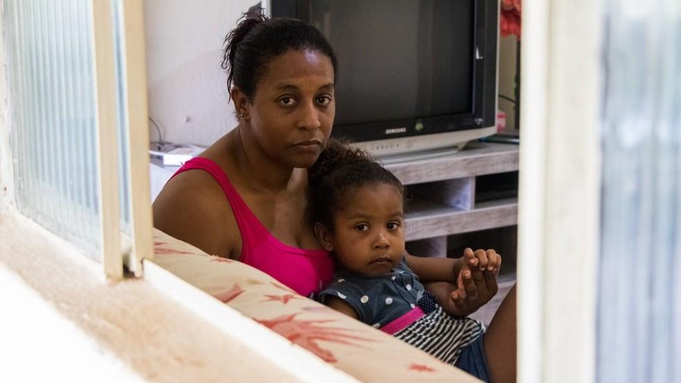 Sofya tem erupções contâneas constantes - chamadas pela mãe, Simone, de 'lixas' - e problemas respiratórios — Foto: Tainara Torres/BBC Brasil