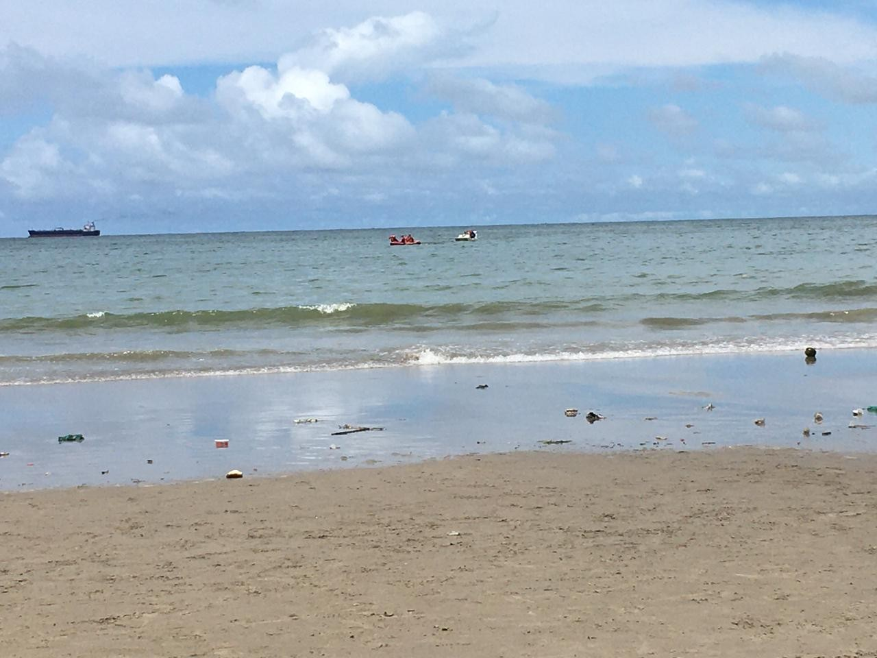 Tripulantes de embarcação são resgatados no Pontal da Barra, em Maceió