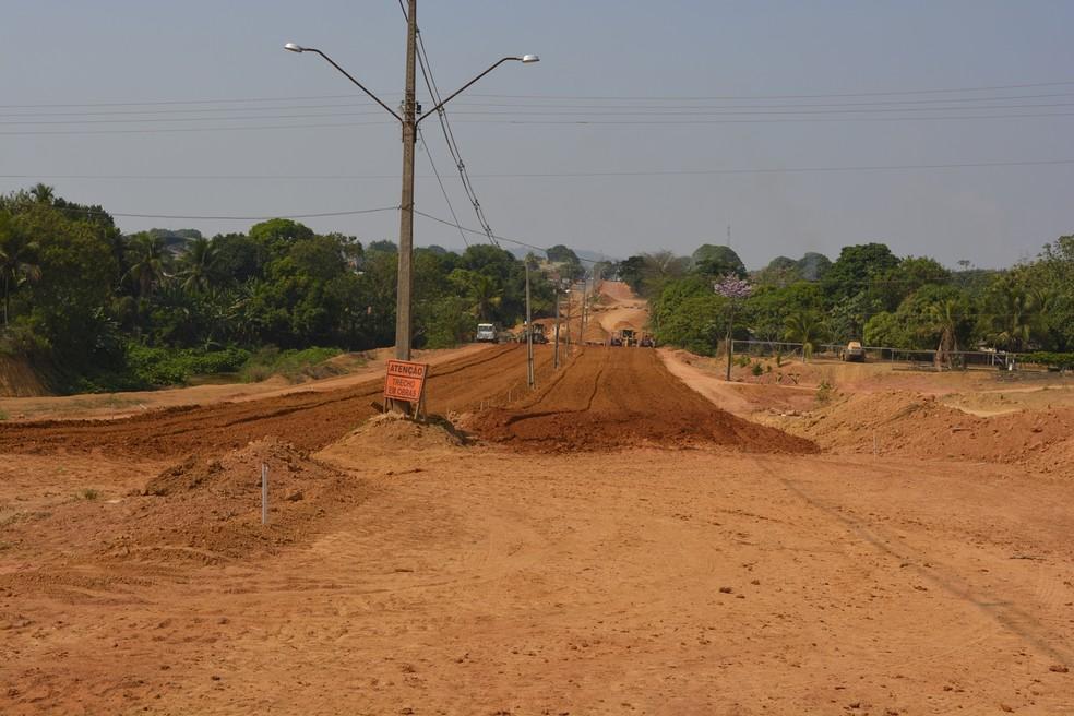 Imagem de agosto deste ano mostrava o andamento da pavimentação asfática na via  — Foto: Jeferson Carlos/G1