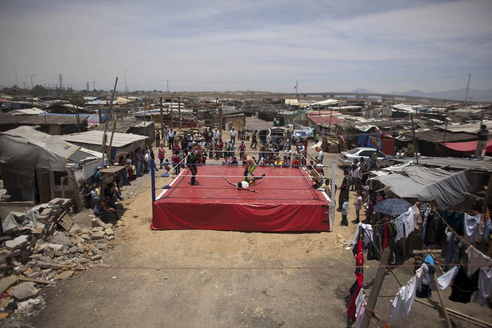 Ringue montado em favela da Cidade do México. A caravana faz shows gratuitos para as áreas pobres, orfanatos e presídios para pessoas que não podem pagar uma entrada de 300 pesos (22 dólares) em um show profissional (Foto: Alexandre Meneghini/AP)