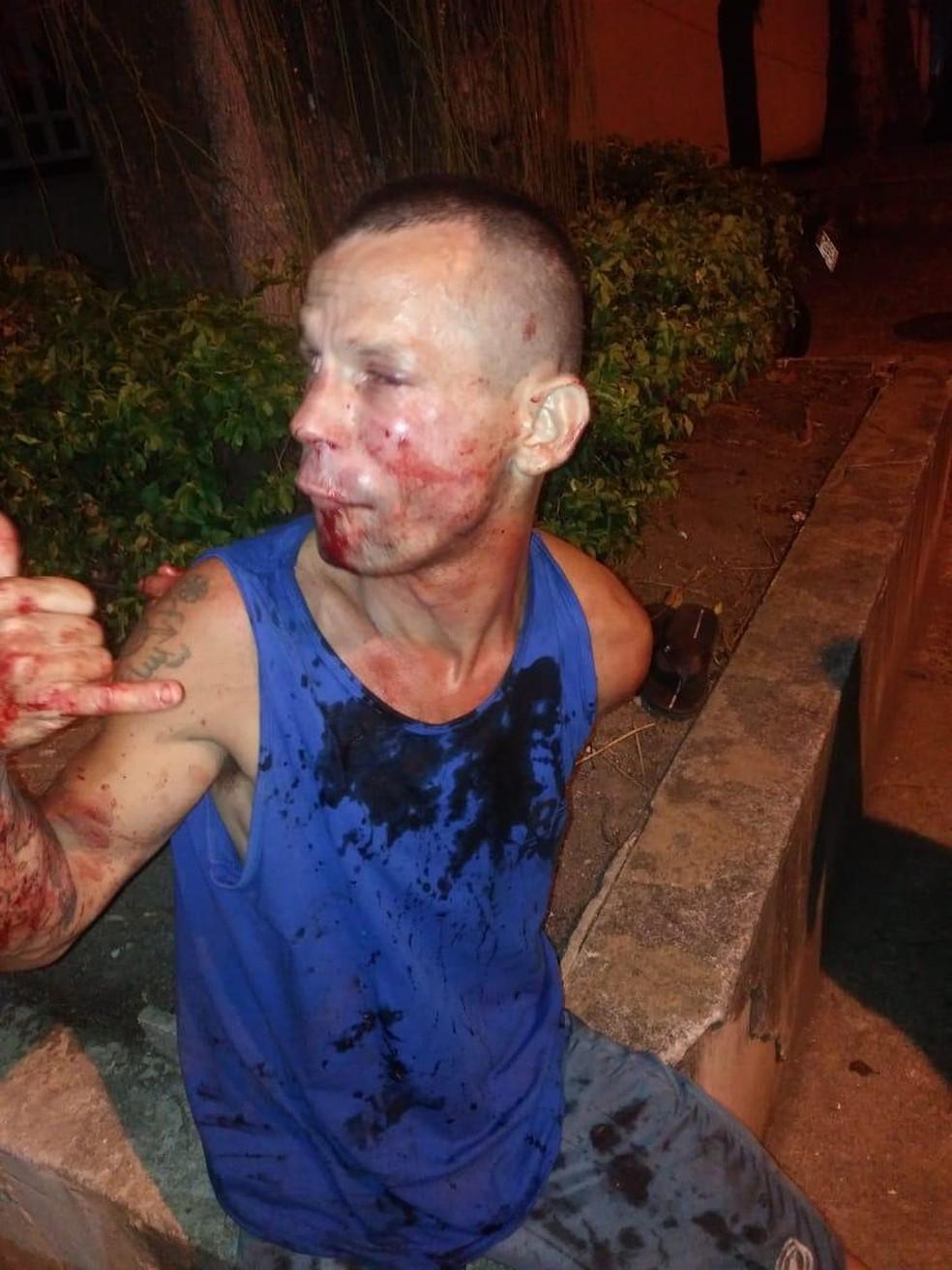 Max Gadelha Barbosa, que tentou assaltar Polyana Viana, aguarda a chegada da polícia — Foto: Arquivo pessoal