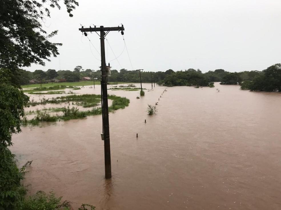 Rio Apa que divide o Brasil com o Paraguai  — Foto: Defesa Civil/reprodução