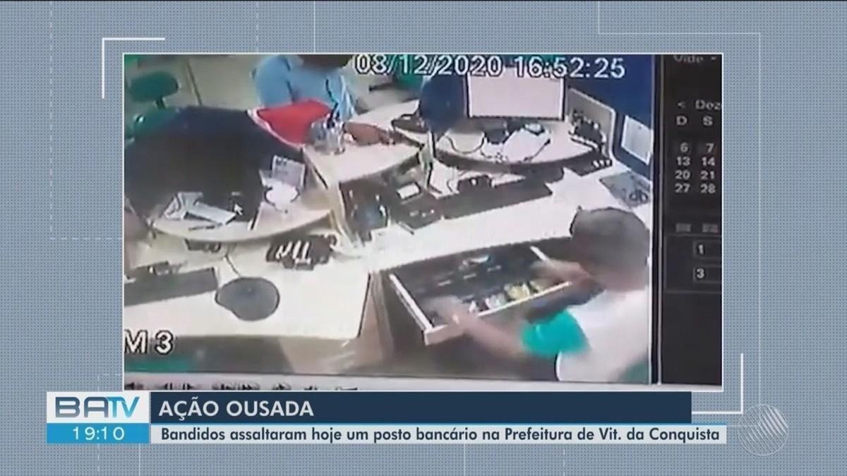 Dupla armada assalta e leva dinheiro de posto bancário que fica em prédio  da prefeitura de Vitória da Conquista; VÍDEO | Bahia | G1