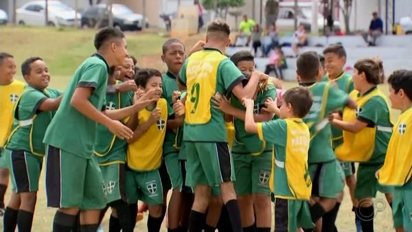 Com o apoio dos companheiros de time, Carlinhos espera poder representar o Brasil em uma Paralimpíada — Foto: Claudio Farneres/TVTEM
