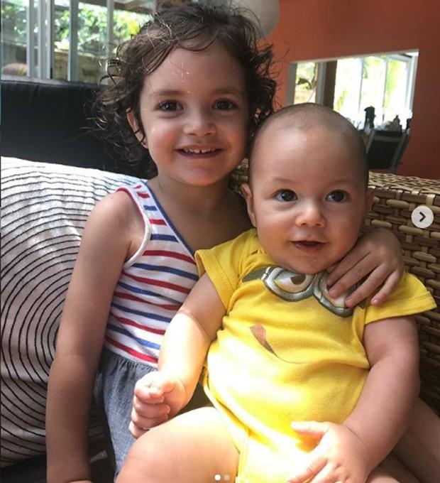 Iolanda e Santiago, os filhos de Ana Claudia Michels (Foto: Reprodução Instagram)