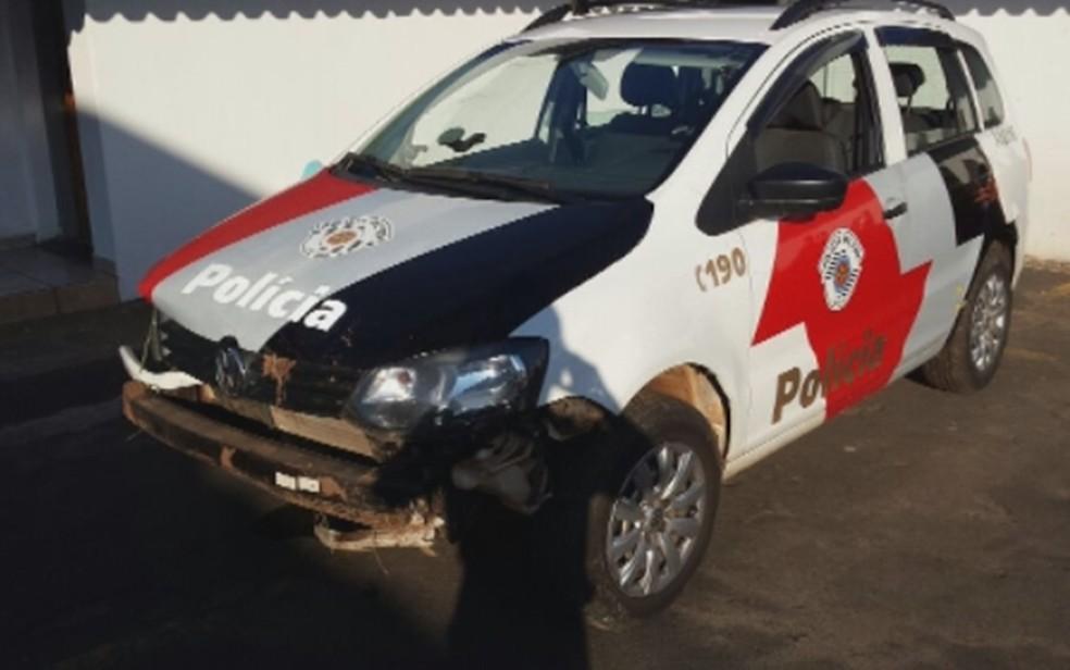 Com tiroteio, viatura perdeu o controle e caiu em barranco (Foto: Reprodução/TV TEM)