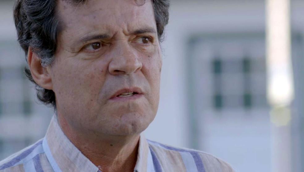 Américo descobre endereço da casa de Julia e vai até lá procurar Cris, em 'Espelho da Vida' — Foto: TV Globo
