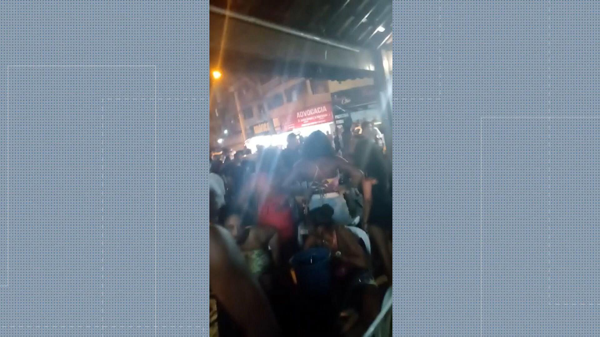 Fim de semana no Rio volta a ter aglomeração em bares; na Zona Oeste, roda de samba atrai multidão sem máscara