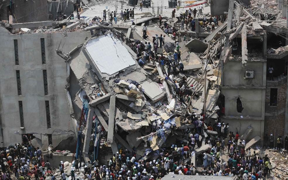 E edifício de 8 andares que desabou em Bangladesh abrigava um shopping center e fábricas de roupas — Foto: Andrew Biraj/Reuters
