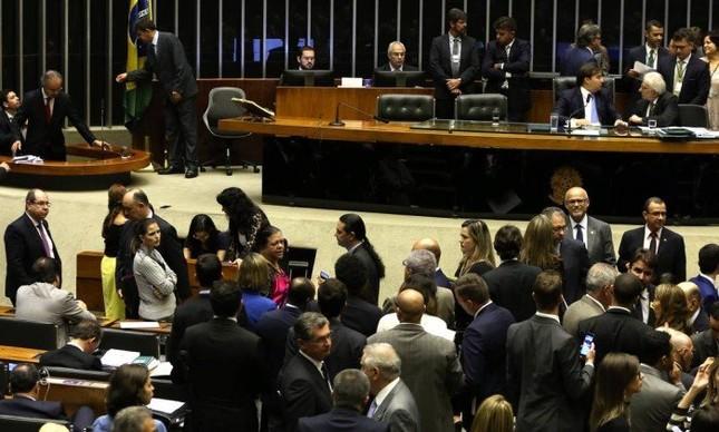 Deputados reunidos em plenário durante discussão e votação de alguns pontos da reforma política