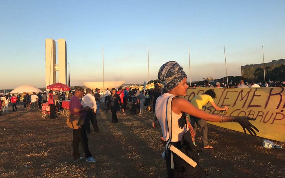 Manifestantes se reúnem em frente ao Congresso Nacional, em Brasília, durante votação de denúncia contra Temer (Foto: Neila Almeida/G1)