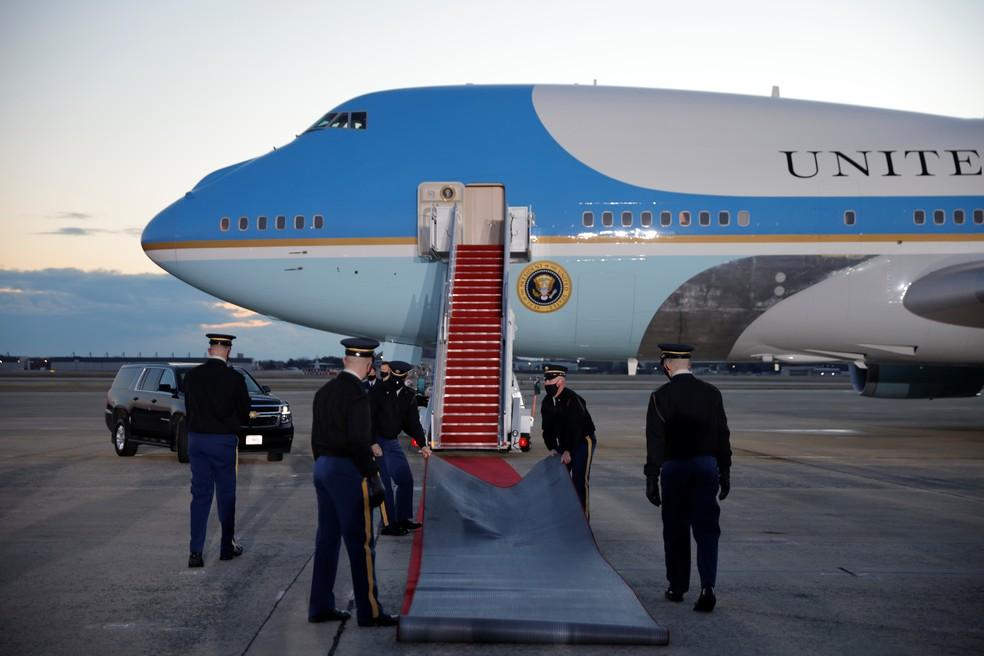 Avião presidencial dos EUA, preparado para levar Donald Trump para a Florida — Foto: Carlos Barria/Reuters