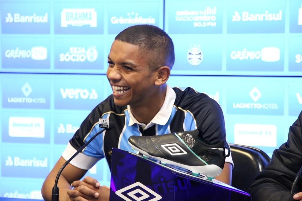 David Braz em sua apresentação pelo Grêmio — Foto: Eduardo Moura