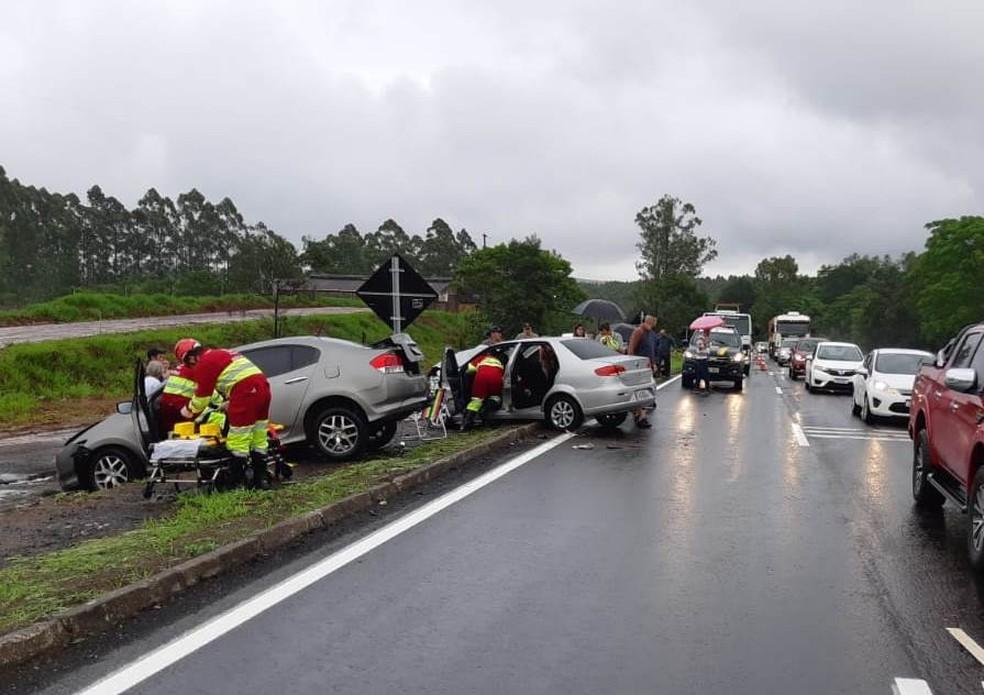Acidente envolveu dois carros na BR-386, em Triunfo — Foto: PRF/Divulgação