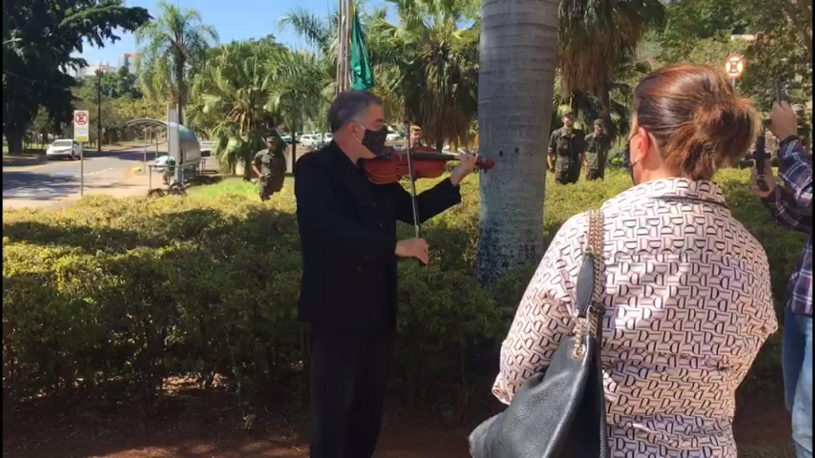 Ato em Piracicaba homenageia vítimas da Covid-19 com violinista e sinos da catedral