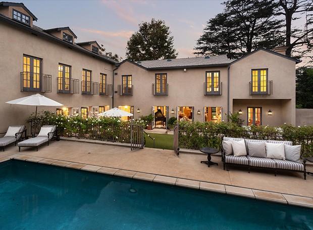 A arquitetura é clássica e remete aos anos 1920 (Foto: Berkshire Hathaway HomeServices/ Reprodução)
