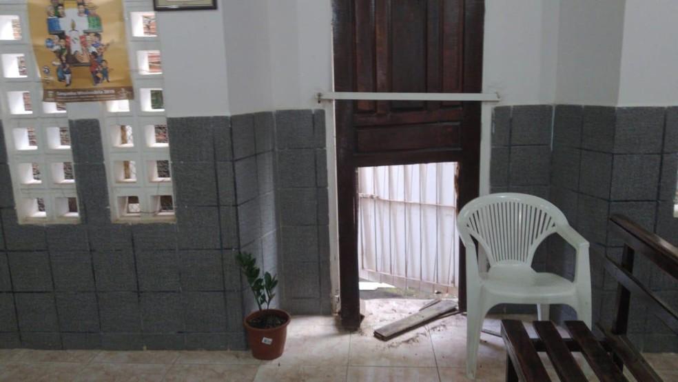 Bandidos destruíram a porta da capela — Foto: Reprodução/Whatsapp