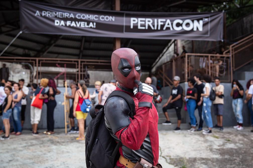 Cosplay de Deadpool posa diante da entrada da PerifaCon, no Capão Redondo — Foto: Fábio Tito/G1