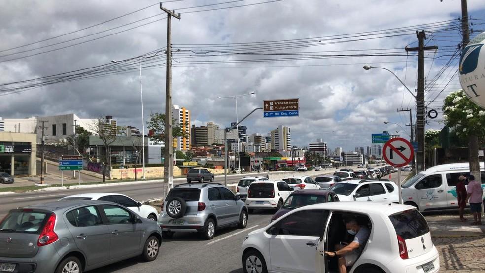 Domingo de vacinação para idosos tem filas e confusão no trânsito em Natal — Foto: Geraldo Jerônimo/Inter TV Cabugi