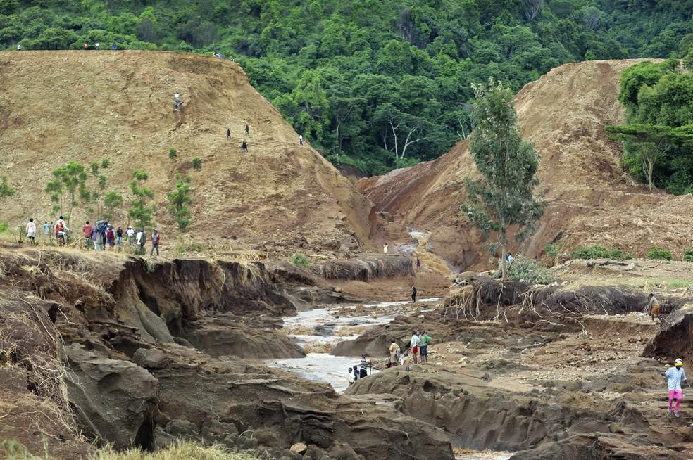 -  As margens rompidas da barragem de Patel, no Quênia  Foto: AP Photo