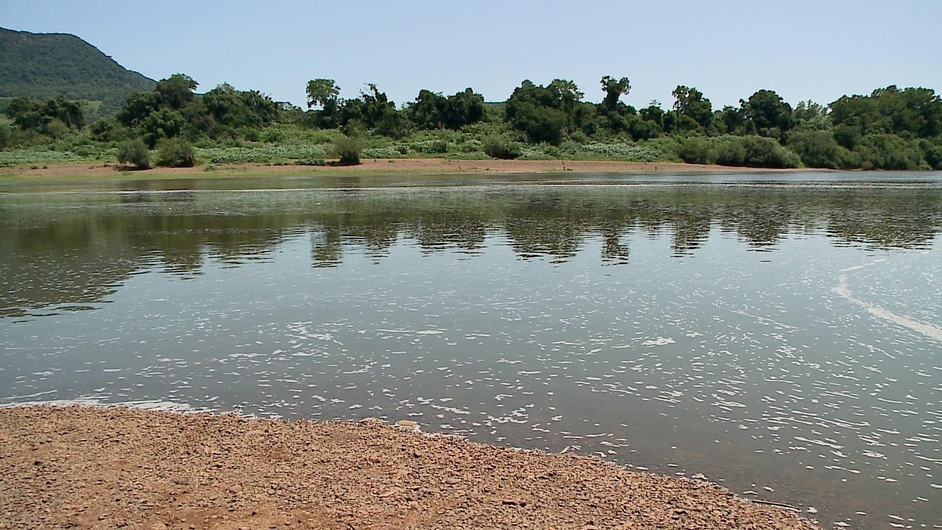 Espuma branca encontrada no Rio Taquari não tem origem poluidora, diz Fepam