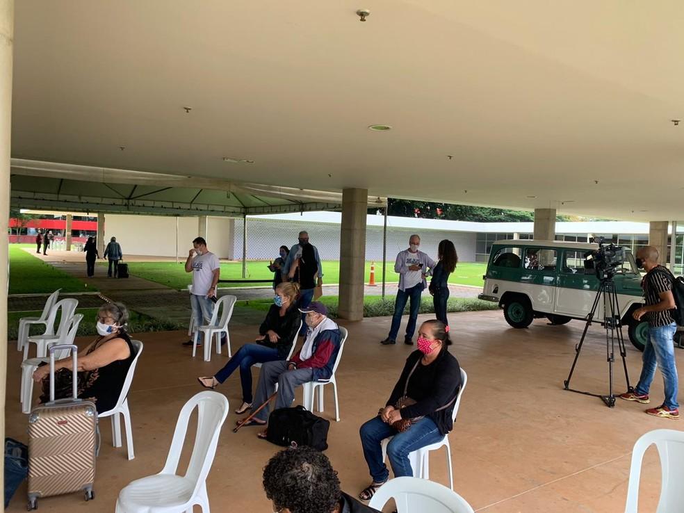 Idosos começam a chegar em hotéis de Brasília onde ficarão isolados durante pandemia — Foto: Brenda Ortiz/G1