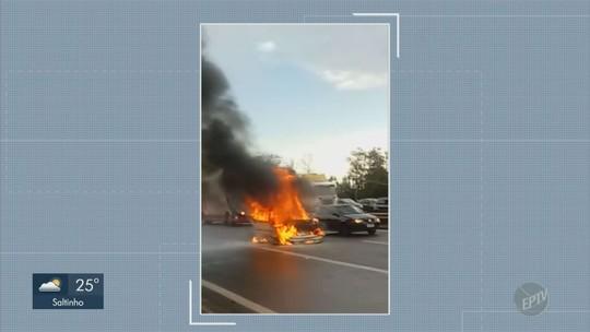 Carro pega fogo e causa lentidão na Rodovia Anhanguera, em Sumaré