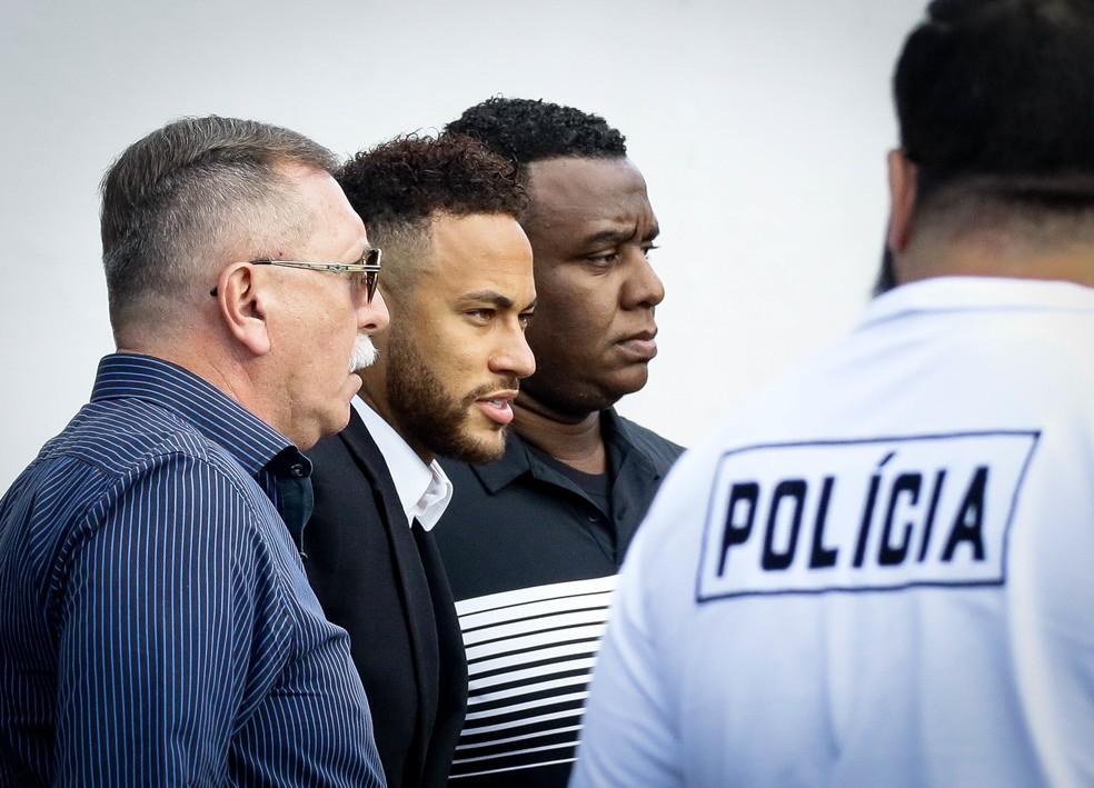 O jogador Neymar Junior acusado de estupro pela modelo Najila Trindade, chega para depor na 6º Delegacia da Mulher de Santo Amaro, zona sul da capital paulista na tarde desta quinta-feira (13).  — Foto: MAURICIO/FOTOARENA/FOTOARENA/ESTADÃO CONTEÚDO