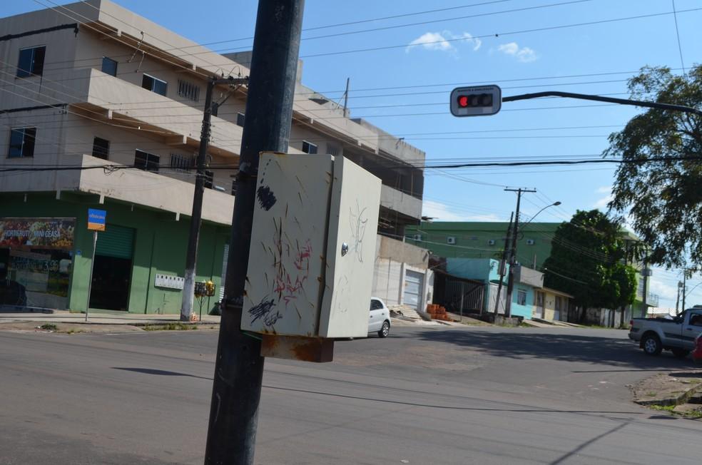 Caixa controladora danificada fica no cruzamento da Rua Hildemar Maia com a Avenida Feliciano Coelho (Foto: Rita Torrinha/G1)