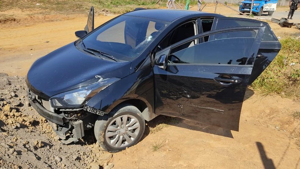 Veículo deixado por suspeitos em terreno do bairro Mutirão, em Resende — Foto: Polícia Militar