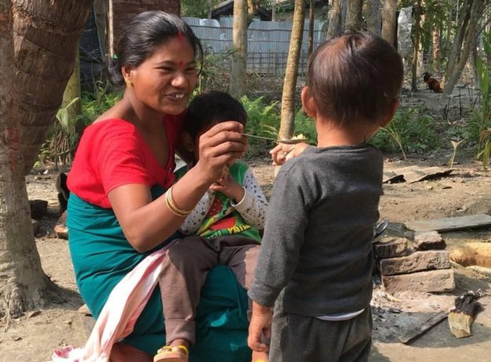 Riyan não sai de perto de Shewali Boro (Foto: BBC)