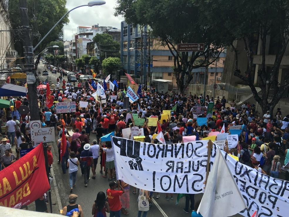 SALVADOR, 10h20: passeata toma toda a extensão da pista — Foto: Phael Fernandes/G1 Bahia