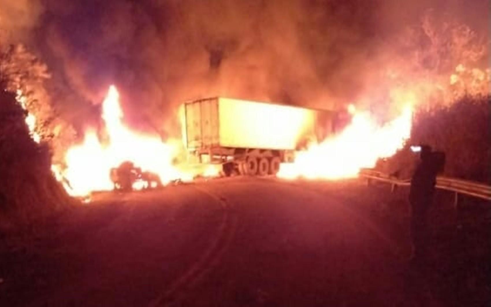 Carretas pegam fogo após baterem de frente e motoristas ficam gravemente feridos na BR-265, em Lavras, MG